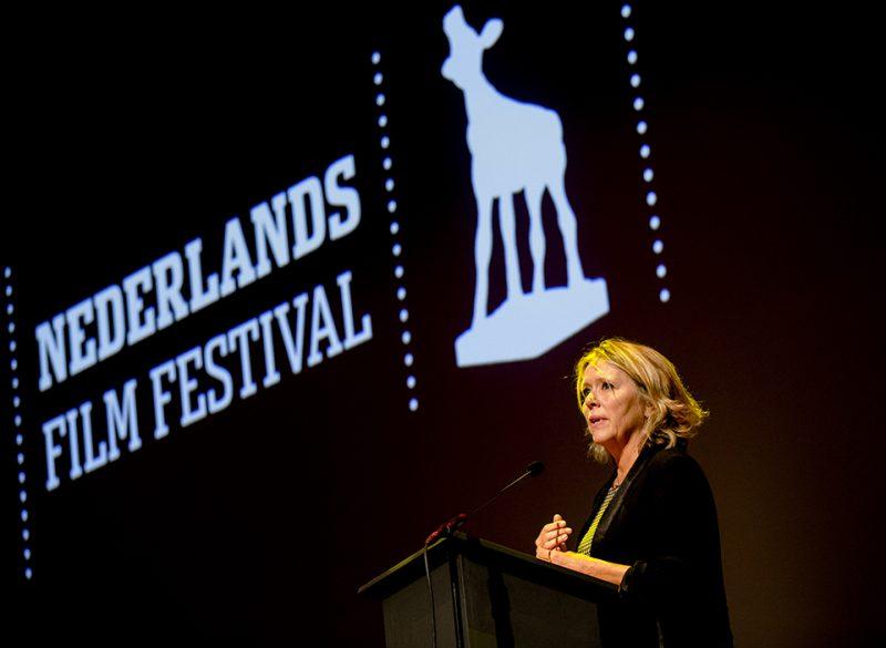 2015-09-23 00:00:00 UTRECHT - Sandra den Hamer, de directeur van filminstituut Eye, heeft tijdens de openingsavond van het Nederlands Film Festival het Gouden Kalf voor de Filmcultuur ontvangen. Het speciale beeld wordt onregelmatig uitgereikt aan personen of instanties die zich op bijzondere wijze verdienstelijk hebben gemaakt voor de Nederlandse filmcultuur. ANP KIPPA SANDER KONING